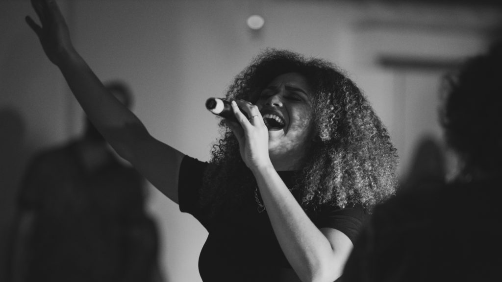 カラオケで熱唱する女性