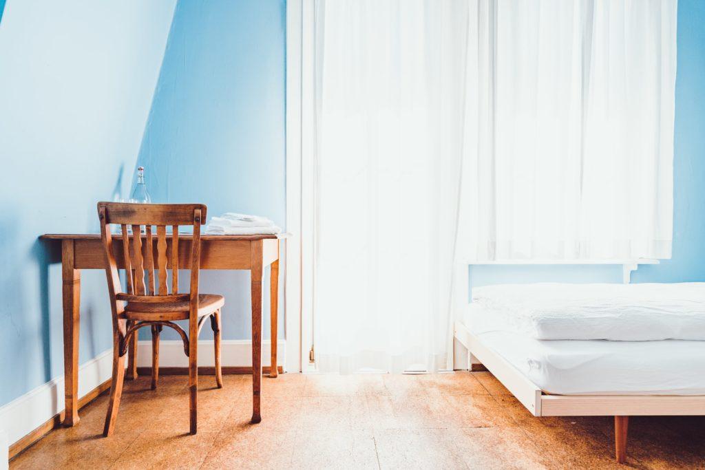 ベッドと机と椅子だけのシンプルな部屋