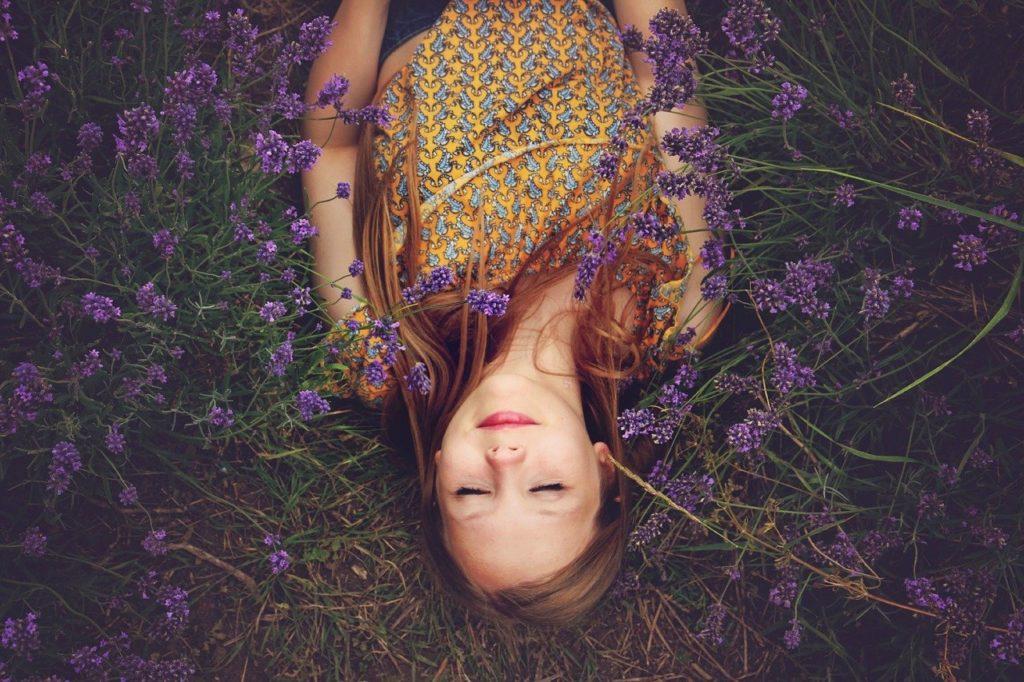 草むらで仰向けで眠る女性