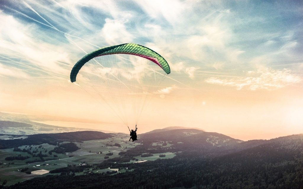 パラグライダーで優雅に飛行する人