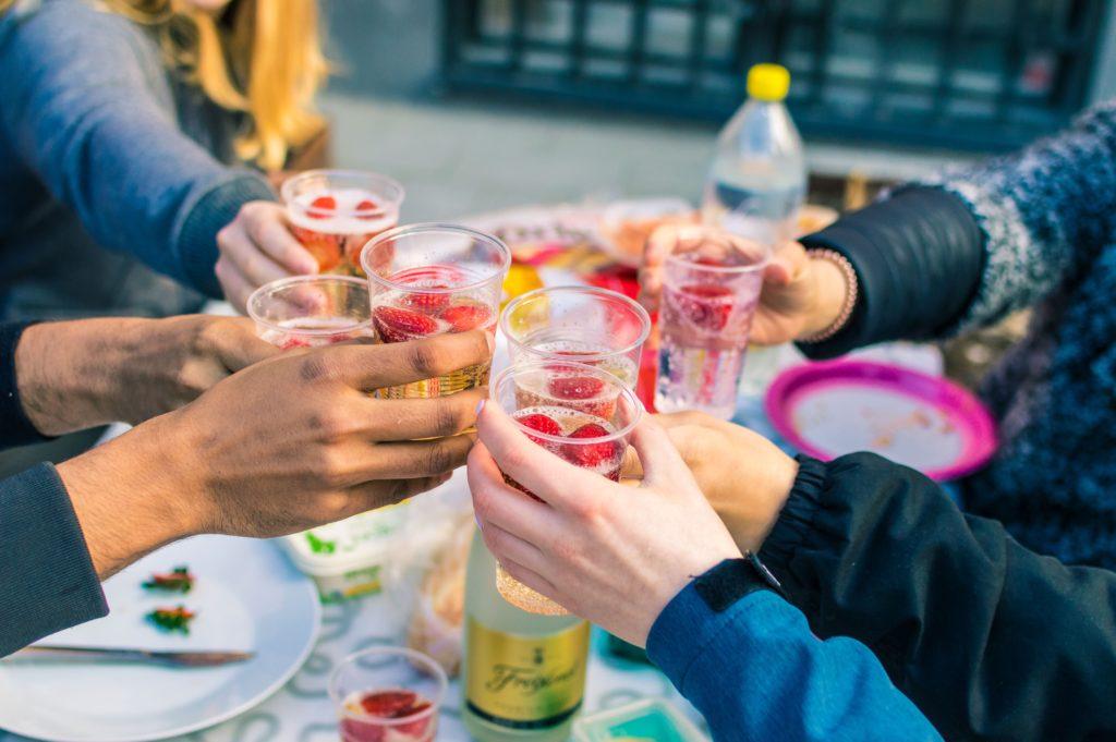 飲み物で乾杯する人たち