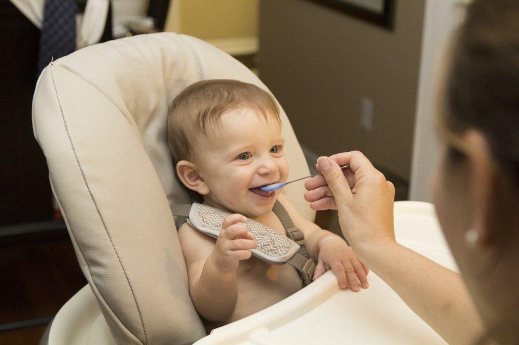 ベビーチェアで食事する赤ちゃん